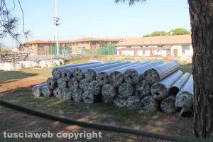 Viterbo - I teli d'erba sintetica al campo del Pilastro