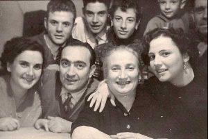 Il poeta Edilio Mecarini in posa per un ritratto di famiglia