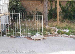 Viterbo - Rifiuti nell'area in via Orio Vergani