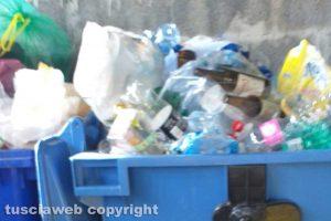 Bolsena - I cassonetti della plastica in via Cristoforo Colombo