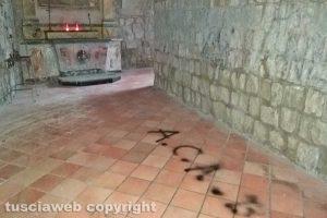 """Montefiascone - La scritta """"A.c.a.b."""" nella chiesa della Madonna dell'Arco"""