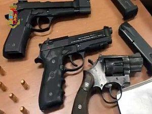 Le pistole e le munizioni trovate a casa della coppia arrestata