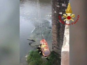 Firenze - I soccorsi per la ragazza caduta nel fiume Arno
