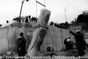 Il Moai viene issato nella cava di Anselmi