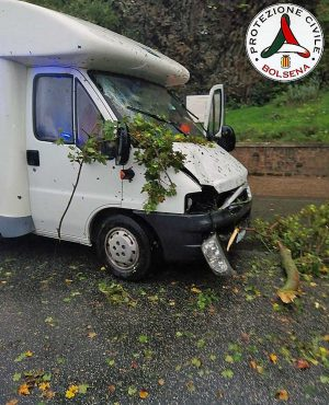 Bolsena - Albero cade sulla Cassia e piomba su un camper