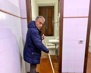Civita Castellana - Comune allagato - Il sindaco Caprioli con la scopa