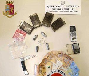 La droga e i contanti sequestrati al 31enne dalla squadra mobile