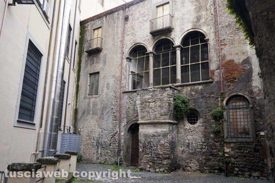Viterbo - Il resto di palazzo Calabresi in via dei Magazzini
