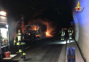 Spotorno - Tir brucia in galleria sull'autostrada A10