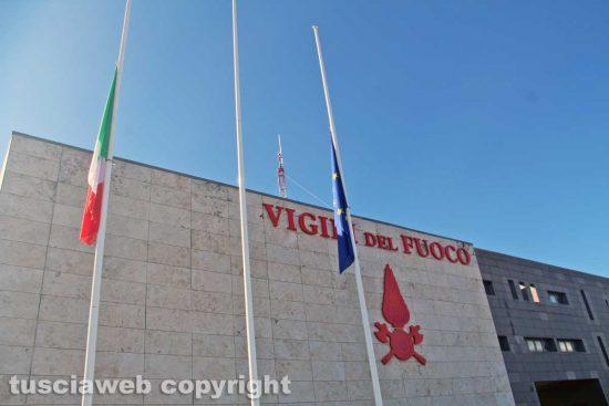 Viterbo - Bandiere a mezz'asta alla caserma dei vigili del fuoco