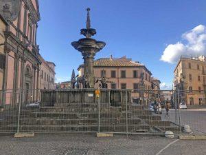Viterbo - I lavori in corso alla fontana del Sepale in piazza Fontana Grande