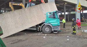 Pavia - Il camion schiacciato da una trave