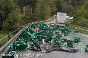 Civita Castellana - Camion perde carico di bottiglie d'acqua