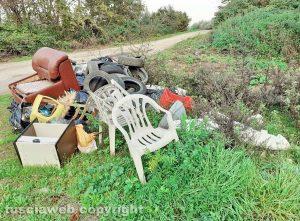 Soriano nel Cimino - Pneumatici e rifiuti in strada di Pian di Ciliano