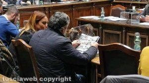Paolo Muroni e Isabella Lotti sfogliano una rivista di vendita case