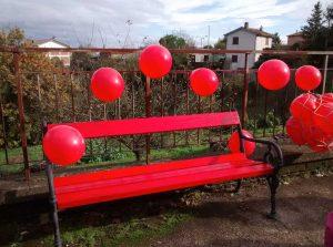 La panchina rossa alla scuola secondaria di Grotte Santo Stefano