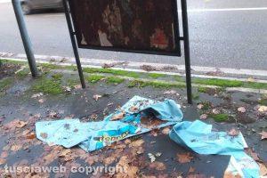 Viterbo - Manifesti pubblicitari abbandonati sotto gli stalli