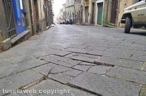 Montefiascone - Basole allentate lungo corso Cavour