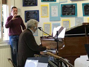 Gli alunni delle medie a lezione col maestro Nicola Piovani