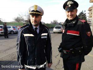 Carabinieri e polizia locale fuori alla scuola di via Cattaneo