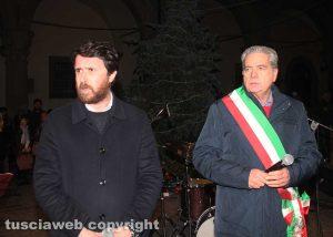 Viterbo - L'assessore De Carolis e il sindaco Arena all'accensione dell'albero di Natale a piazza del Comune
