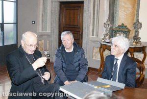 Il vescovo Fumagalli con in mano la chiave di Joppolo insieme al maestro e a Fausto Sensi