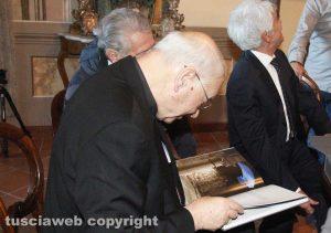 """Il vescovo Lino Fumagalli con il libro """"Viterbo, la città dei papi e delle terme"""""""