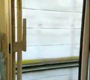 Treno Roma Nord viaggia con una porta aperta