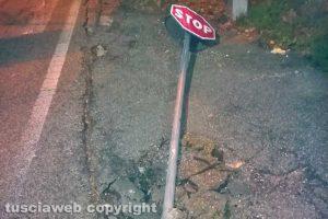 Viterbo - Cartello stradale sradicato in via Santa Maria in Gradi
