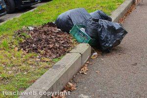 Viterbo - I rifiuti nel parcheggio in via Falcone e Borsellino