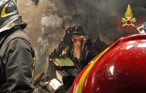 Bologna - L'intervento dei vigili del fuoco nell'appartamento in fiamme