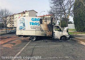 Viterbo - Il camion della Graziani Traslochi incendiato