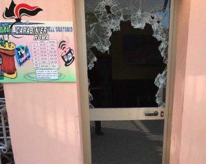 Civitavecchia - La porta del bar dell'oratorio spaccata