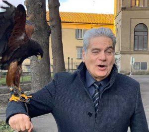 Il sindaco Giovanni Arena con un rapace