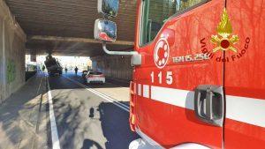 Firenze - Il camion incastrato nel sottopasso di un ponte ferroviario