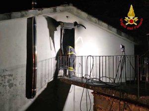Lucca - L'abitazione in fiamme