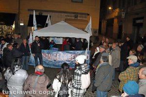 Viterbo - Il presidio di Non ce la beviamo a piazza delle Erbe