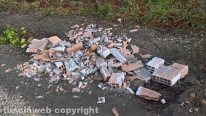 Montefiascone - I rifiuti edili abbandonati nella valle del lago