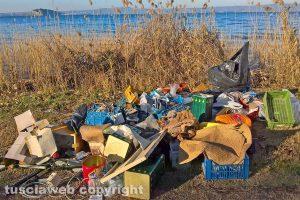 Montefiascone - I rifiuti sul lungolago