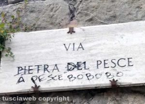 Viterbo - Insegna di via Pietra del Pesce imbrattata