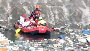 San Felice a Cancello - I vigili del fuoco navigano tra i rifiuti