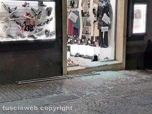 Viterbo - Sfondata vetrina di un negozio a corso Italia