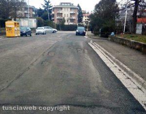 Viterbo - Asfalto rovinato in via Ticino