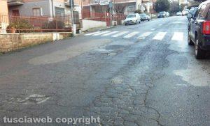 Viterbo - Le condizioni dell'asfalto in via Rossini