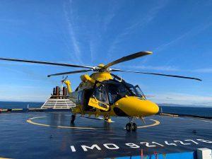 L'eliambulanza Pegaso 33 atterrata su una nave Grimaldi per soccorrere un passeggero