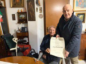 Viterbo - Il prefetto Giovanni Bruno consegna l'attestato di cavaliere della Repubblica a Luigi Scattereggia