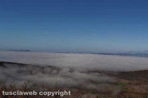 Bolsena - Il lago di Bolsena sotto una nuvola di nebbia