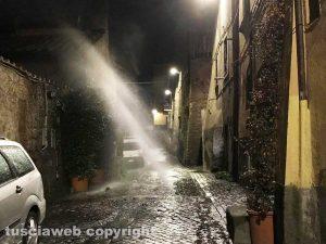 Viterbo - Getto di acqua in strada che sembra un geyser in via Lucchi