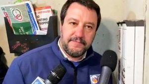 Bologna - Matteo Salvini citofona a casa di un presunto spacciatore