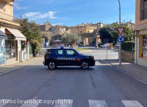 Tuscania – Camion perde acido nella rotatoria